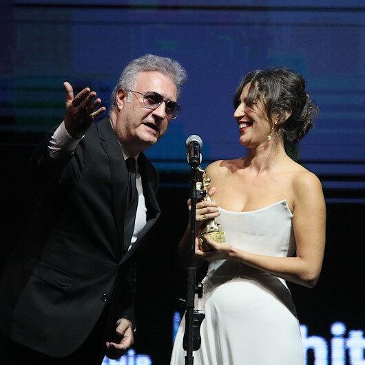 Altın Portakalda konuşma süresi gerginliği: Nihal Yalçının konuşması uzayınca Tamer Karadağlı ödülü kendisine uzattı