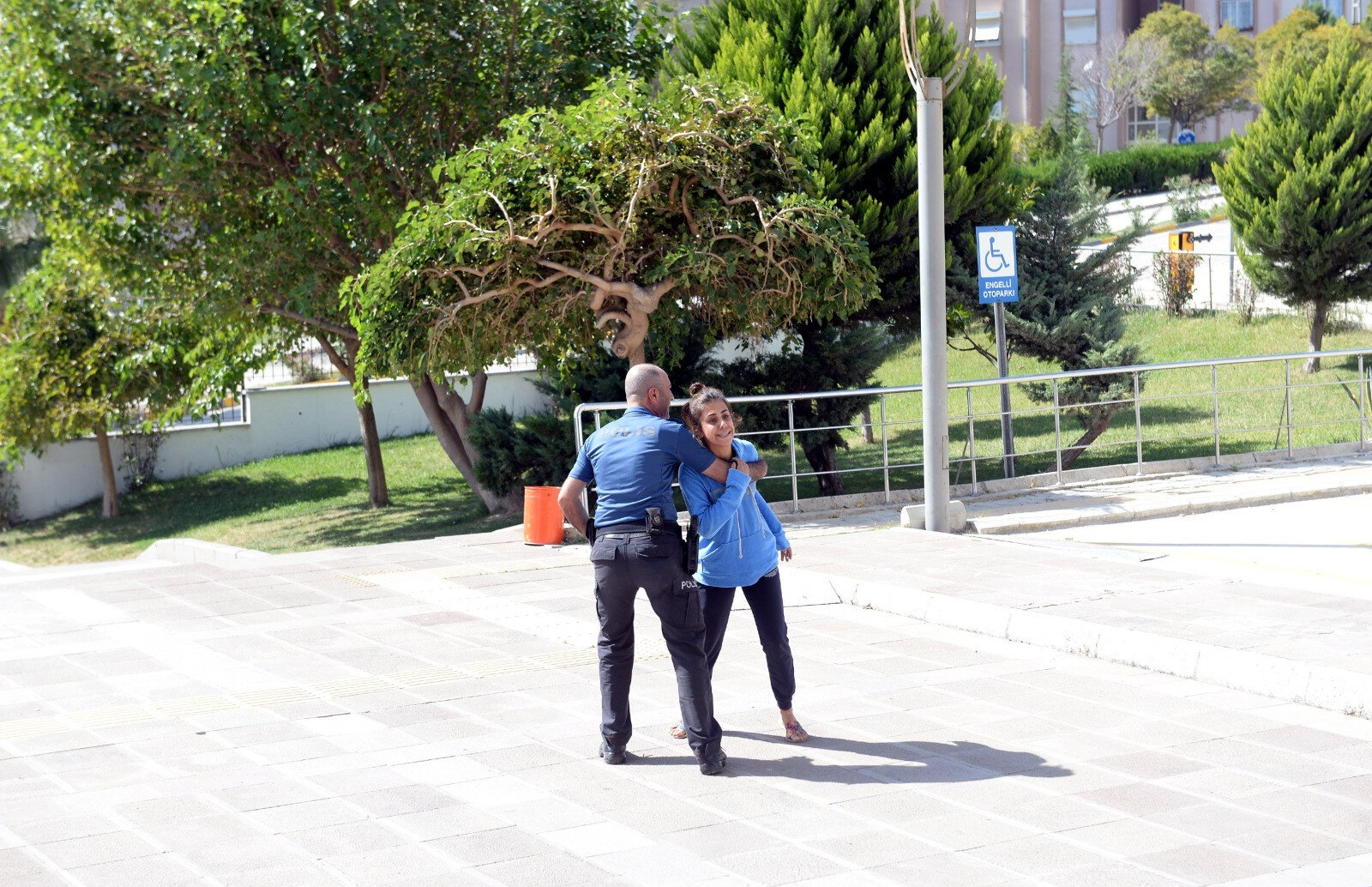 Saying that she wanted to meet with the judge so that Oğuzhan K. could be tried pending trial, Elif D. threw herself to the ground when she was not taken to the courthouse.