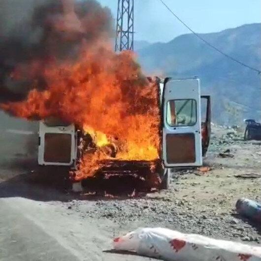 Şırnakta harareti yükselen minibüs alev alev yandı
