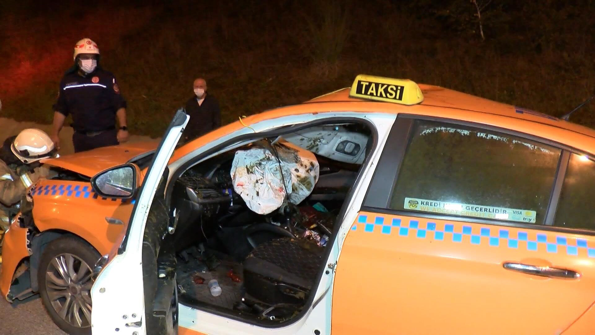 Kazaya karışan taksi, çekici yardımıyla bulunduğu yerden kaldırıldı.