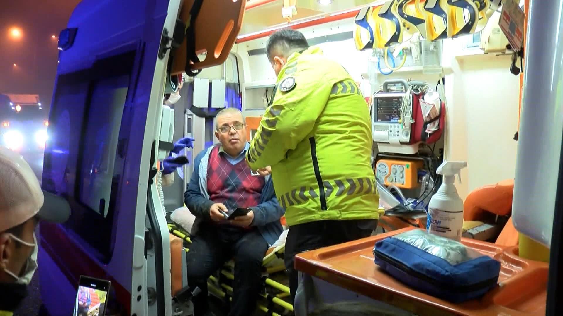 Olay yerine gelen itfaiye ekipleri taksiden çıkardıkları sürücü ve yolcuyu sağlık ekiplerine teslim etti.