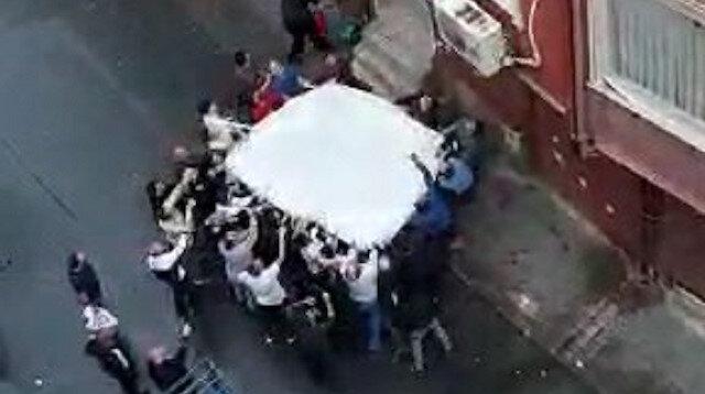 Esenler'de can pazarı kamerada: Mahalle sakinlerinin açtığı çarşafa atladılar