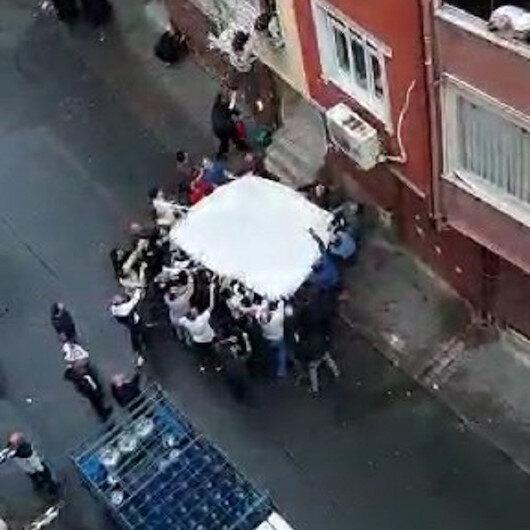 Esenlerde can pazarı kamerada: Mahalle sakinlerinin açtığı çarşafa atladılar