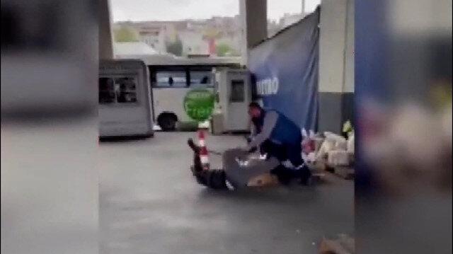 Kargosunun geç geldiğini iddia eden kişi kargocuya sopayla saldırdı