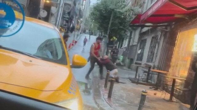 Amerikalı turist yaşlı otel çalışanını yerde sürükleyerek darbetti