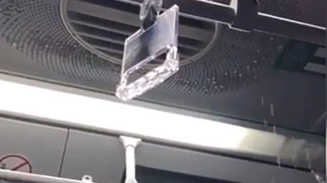 İstanbul'da yağmur suyu metrobüs tavanından aktı: Yolcular o anları görüntüledi