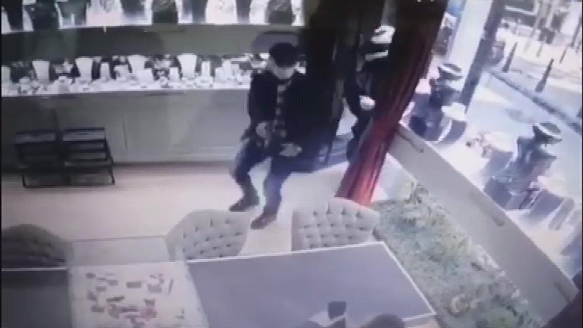 Şüpheliler mağazanın bulunduğu sokakta ellerinde silahlarla gelişi, mağazaya girişleri ve silah doğrultmaları güvenlik kameralarına yansıdı.