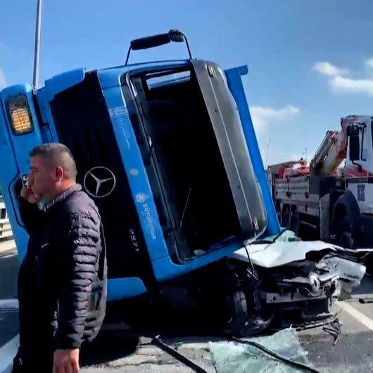 İSKİnin beton blok taşıyan kamyonu otomobilin üzerine devrildi: 1ölü