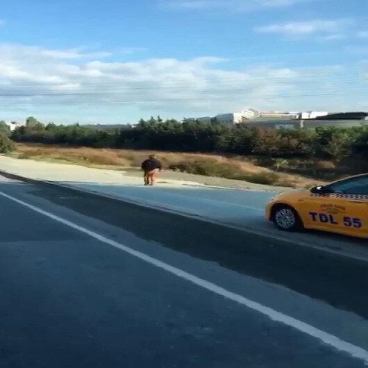Kaldırım üzerinden giden taksici korna çalarak yayadan yol istedi