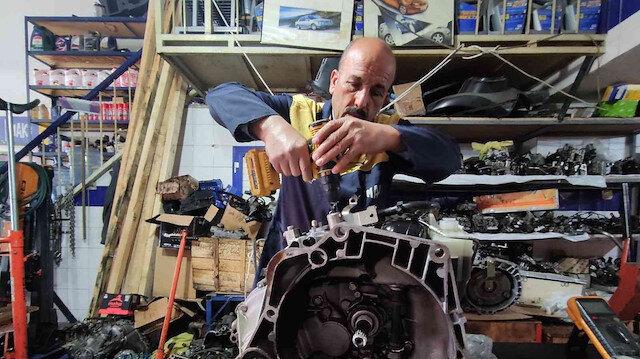 Hurdaya gidecek parçaları tamir ederek araç sahiplerini masraftan kurtarıyor