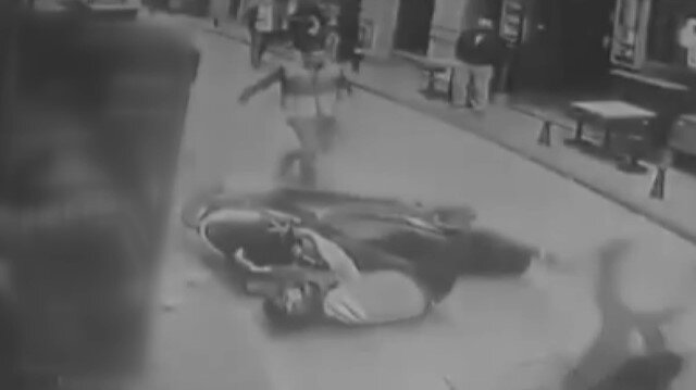 Beyoğlu'nda vatandaş polisten kaçan motosikletliyi bir tekmeyle yere serdi