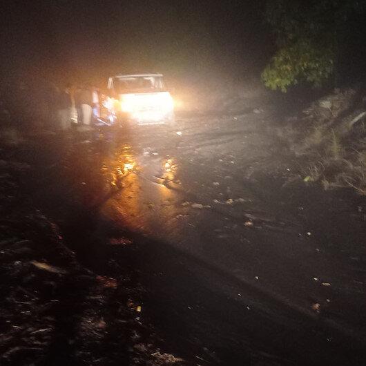 İzmir'de aşırı yağış sonrası heyelan: Karayolu ulaşıma kapandı