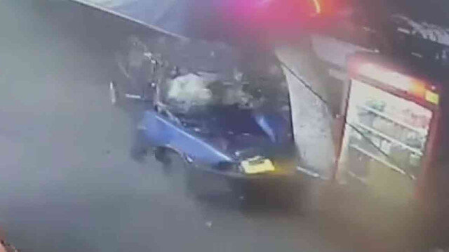 Adana'da otomobil kullanırken eşiyle tartışan sürücü ağaca çarptı