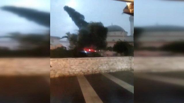 Kuşadası'nda rüzgarın dev ağacı devirme anı kameraya yansıdı