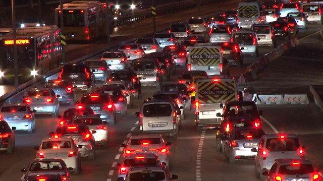İstanbul'da haftanın ilk iş gününde yağmur trafiği vurdu