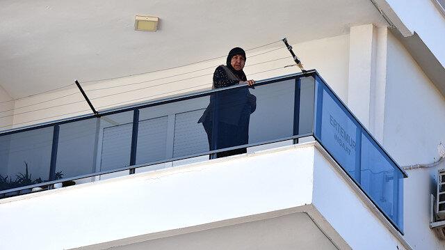 Hava almak için çıktığı balkonda mahsur kaldı
