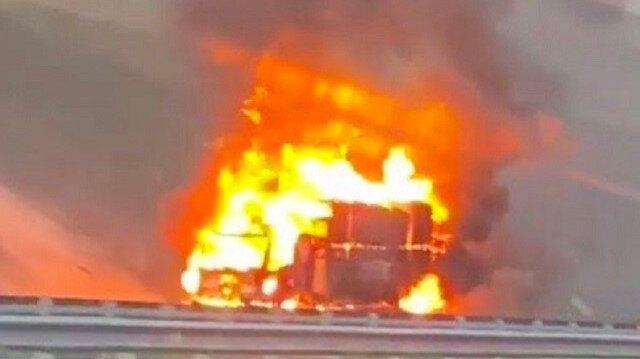 İstanbul Havalimanı yolunda karton yüklü kamyonet alev alev yandı