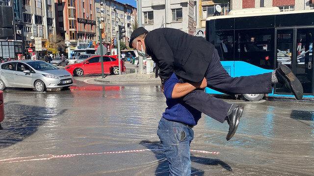 Sivas'ta vana arızası: Caddeyi su basınca vatandaşlar zor anlar yaşadı