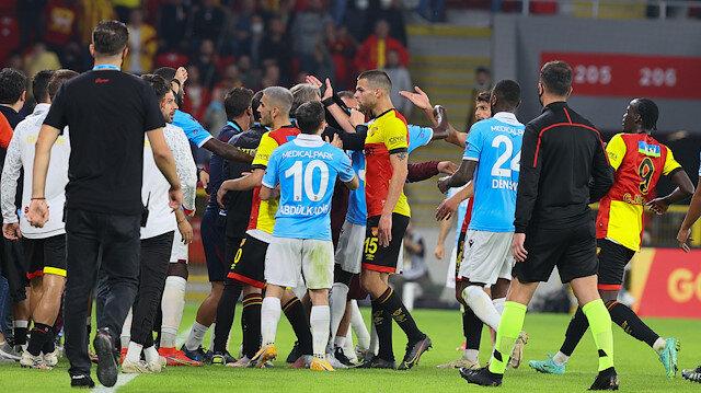 Göztepe-Trabzonspor maçının devre arasında saha karıştı