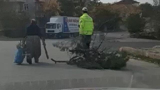 Yozgat'ta yürekleri ısıtan görüntüler: Odun taşıyan yaşlı kadının yardımına trafik polisi koştu