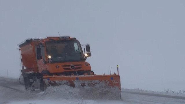 Ardahan'da etkili olan kar yağışı sürücülere zor anlar yaşattı