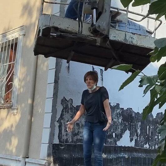 Komşularını bezdirdi: Mantolama için gelen vinci çatıya çıkıp engelledi