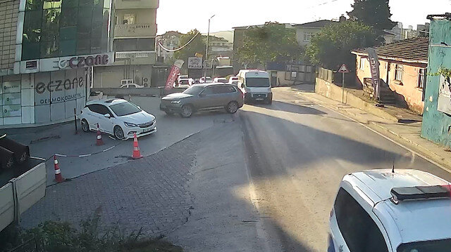 Arnavutköy'de fren yerine gaza basan sürücü eczaneye girdi