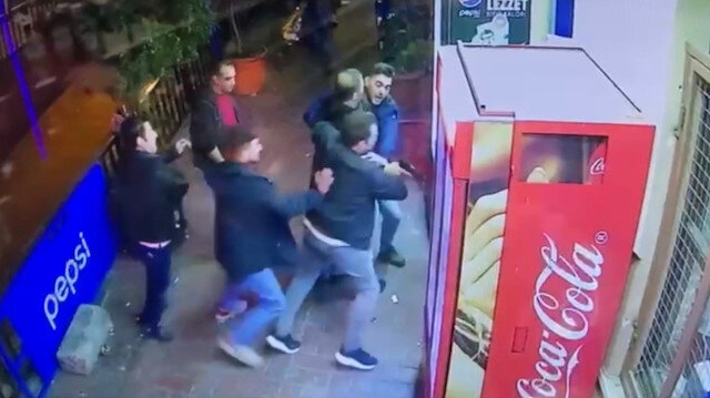 Beyoğlu'nda hareketli dakikalar: Polis saldırganı önce yakaladı sonra linçten kurtardı