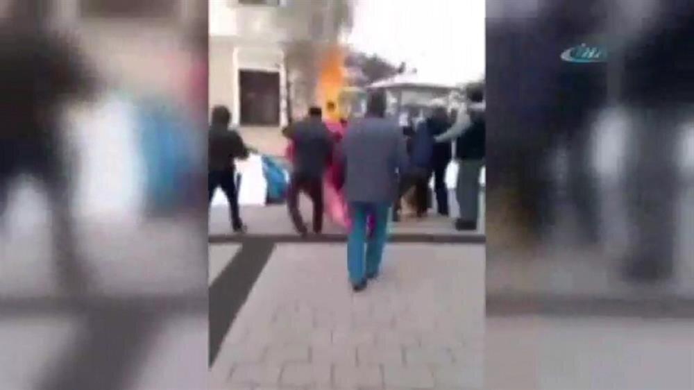 Protesto için kendini yaktı - Yeni Şafak