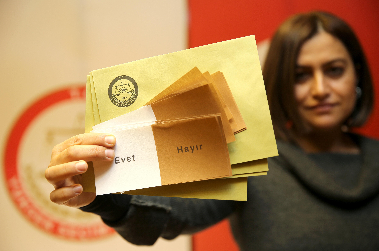 Türkiye anayasa değişikliğine ilişkin halk oylaması nedeniyle sandık başına gidecek.