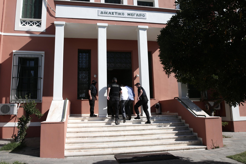 Salona askerlerin yanı sıra, savunma avukatları, basın mensupları ve Türkiye'den gelerek davaya müdahil olmak isteyen 3 Türk avukat alındı.