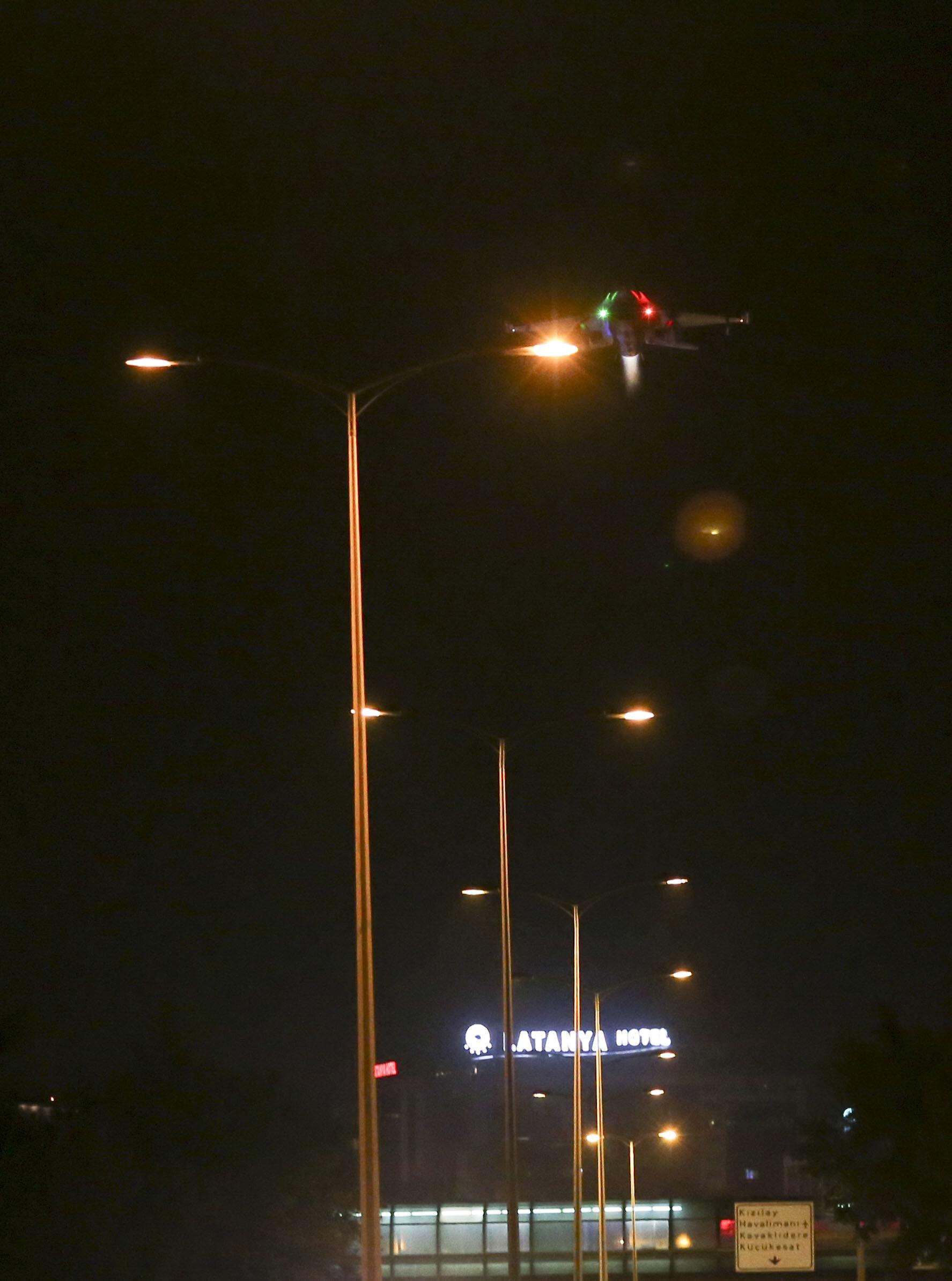 Darbeci hainlerin kontrolündeki F-16'lar Genelkurmay Başkanlığı önünde defalarca alçak uçuş yaptı.