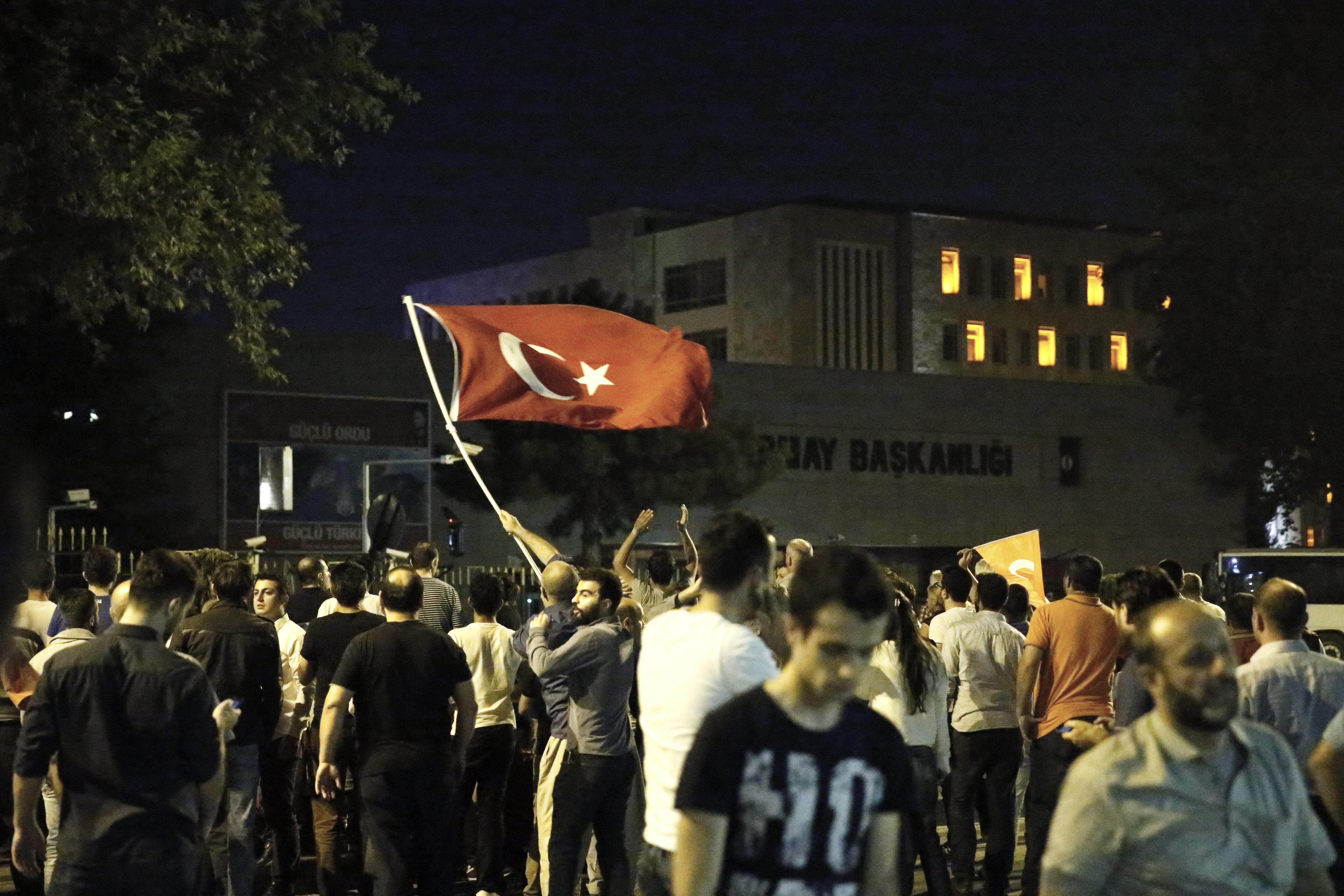 Bir süre sonra vatandaşlar Genelkurmay Başkanlığı'nın ana kapısını açarak karargâha girdi ve kendilerine ateş açan darbeci askerleri aradı.