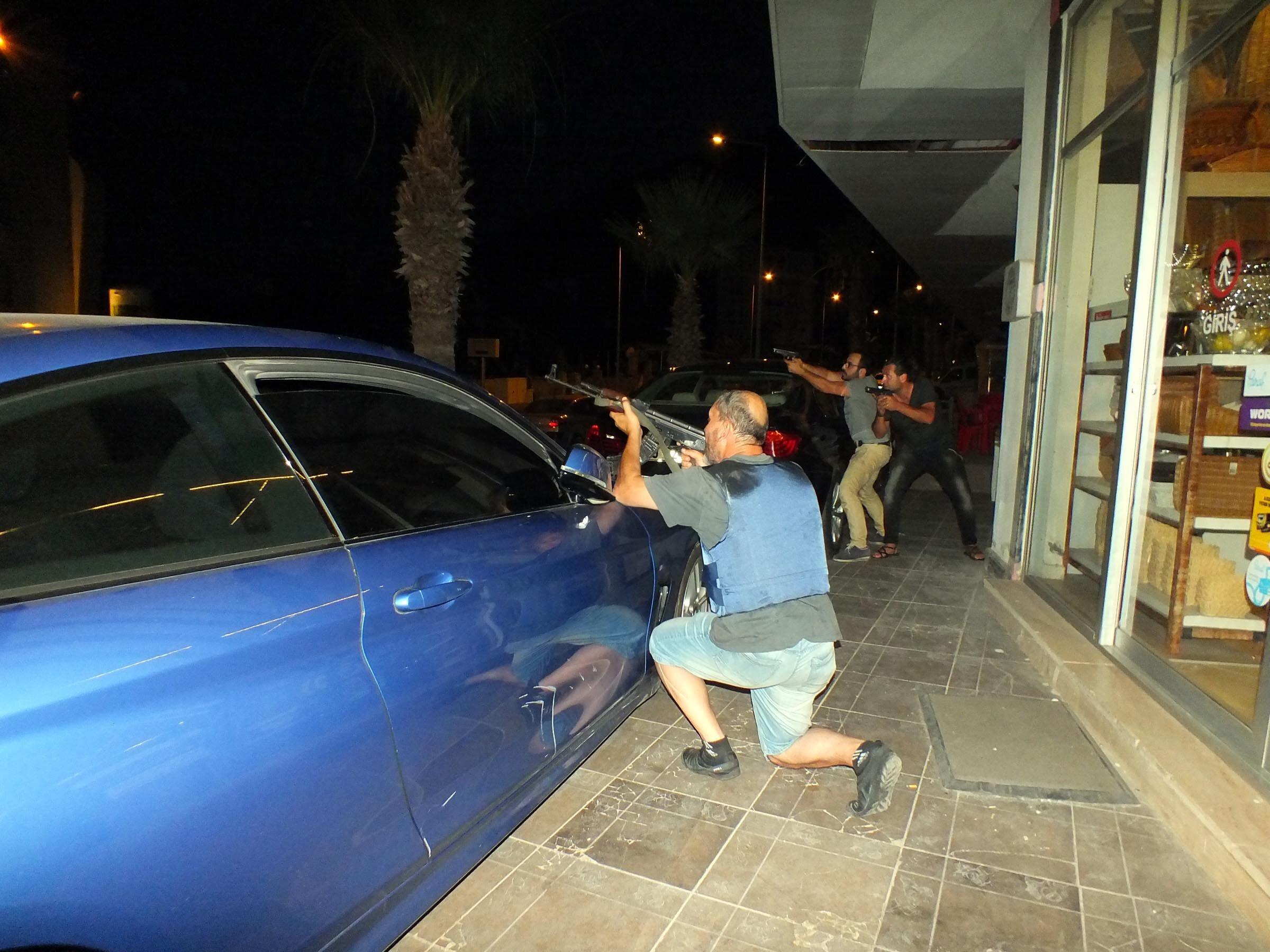 Cumhurbaşkanı korumaları ve özel harekat polisleri darbecilere karşılık verdi.