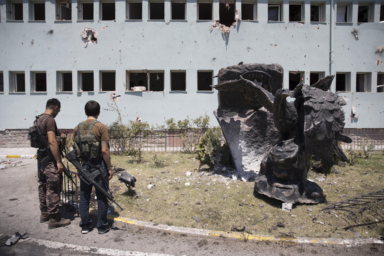 Polisler Genelkurmay ve Jandarma Genel Komutanlığı gibi binalara operasyona gitmeye hazırlanırken hain darbecilerin kontrolündeki F-16'lar ile vuruldu.