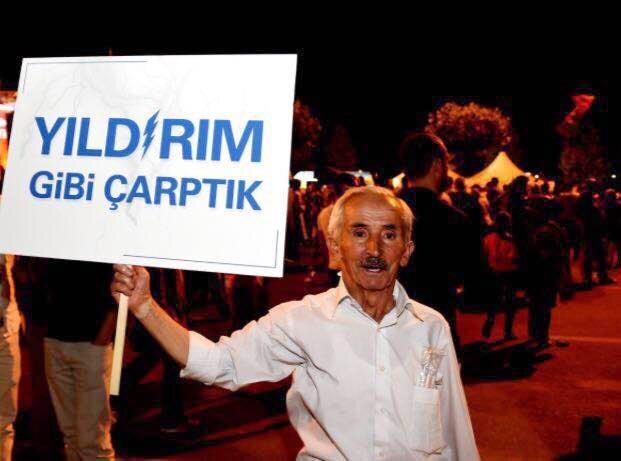 Demokrasi Nöbetleri'ne katılan vatandaşlar, desteklerini ilginç sloganlarla da ortaya koydu. Bunlardan biri de AK Parti İzmir İl Başkanlığı tarafından yapıtırılan ve üzerinde 'Yıldırım gibi çarptık' yazan pankart oldu.