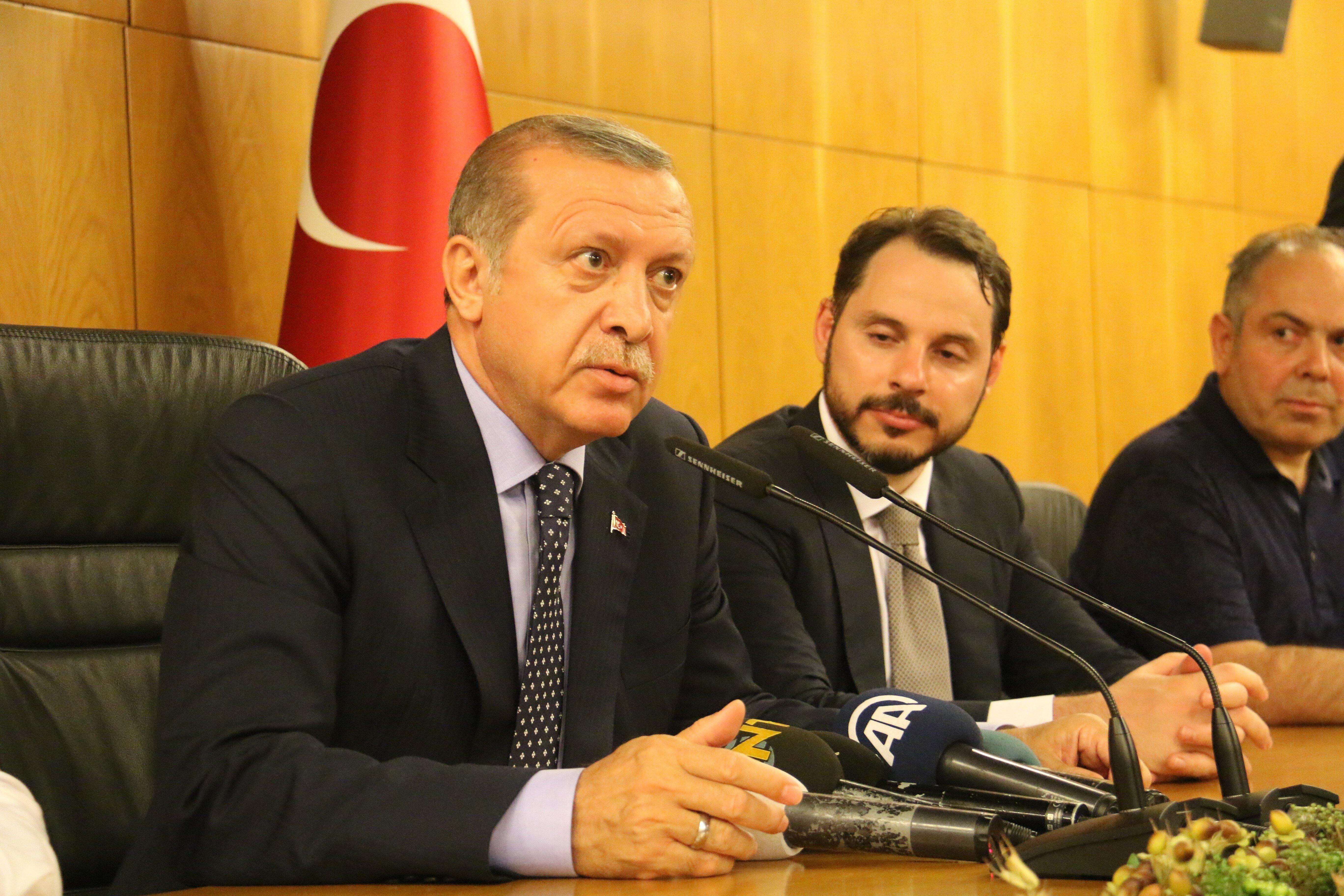 Cumhurbaşkanı Erdoğan Atatürk Havalimanı'nda açıklama yaptı. F-16'larla uçağının tecrit edilmeye çalışıldığını belirten Erdoğan, darbecilerin işgalci olduğunu ve bu ülkenin onlara bırakılmayacağını vurguladı.