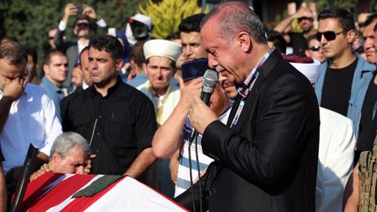 Erdoğan, Erol Olçok'un cenazesinde gözyaşlarını tutamadı