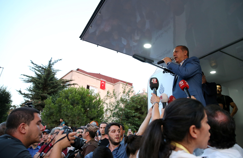 Atatürk Havalimanı Konukevi'nden çıkarak Üsküdar Kısıklı'daki evine geçen Cumhurbaşkanı Erdoğan, kendisini Türk bayraklarıyla karşılayan vatandaşa seslendi.
