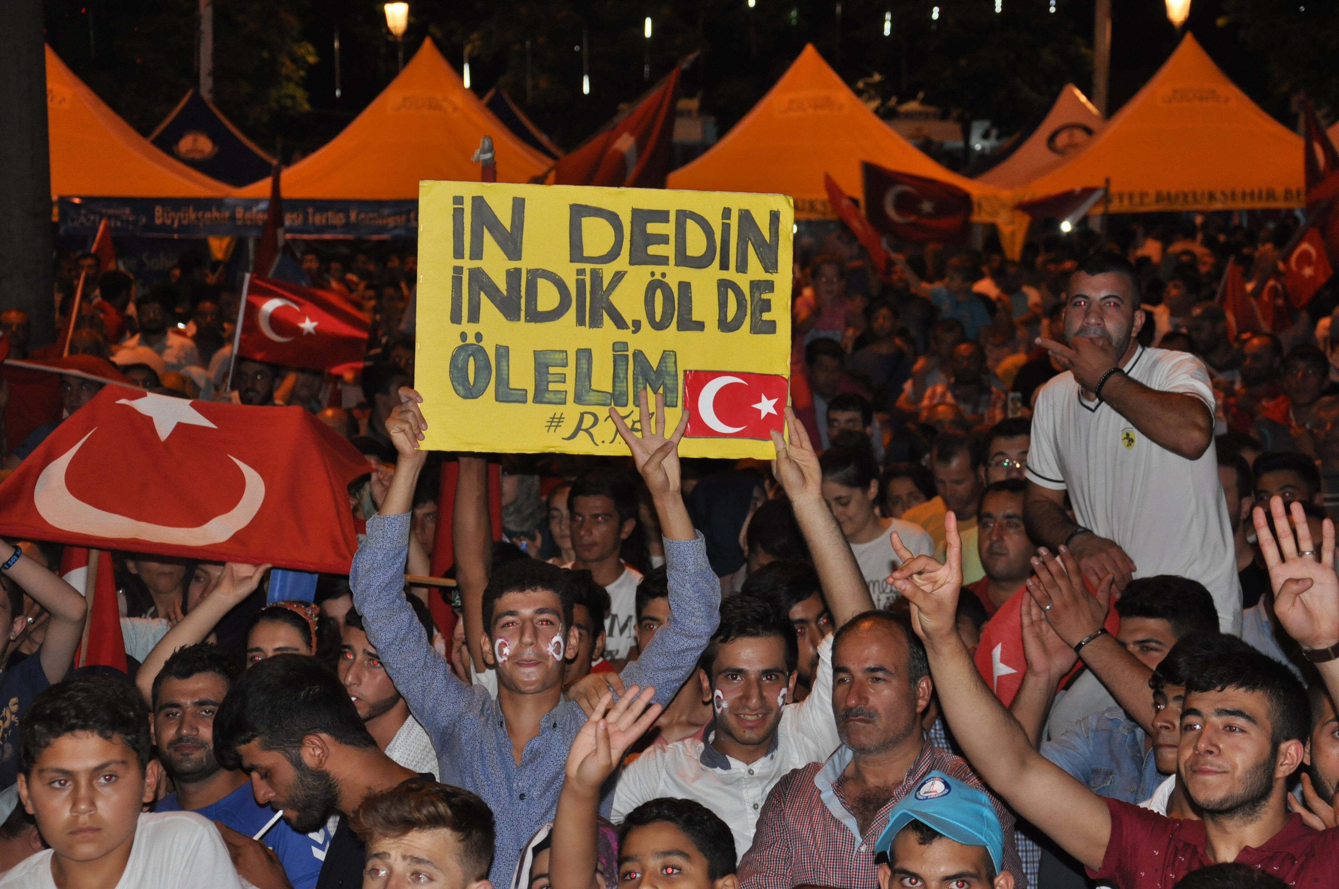 Cumhurbaşkanı Erdoğan'ın çağrısıyla beraber meydanlarda nöbet tutan vatandaşların hazırladıkları pankartlar büyük ilgi gördü.