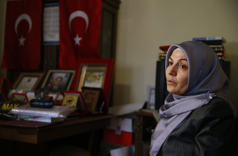 İlk şehidin eşi Şahnaz Aydın,15 Temmuz gecesi saat 21.44'te Genelkurmay Başkanlığında FETÖ mensubu darbeci askerlerce şehit edildiği belirlenen eşinin o gece yaşadıklarını ve biri 20, diğeri 16 yaşındaki iki çocuğuyla verdiği yaşam mücadelesini anlattı.