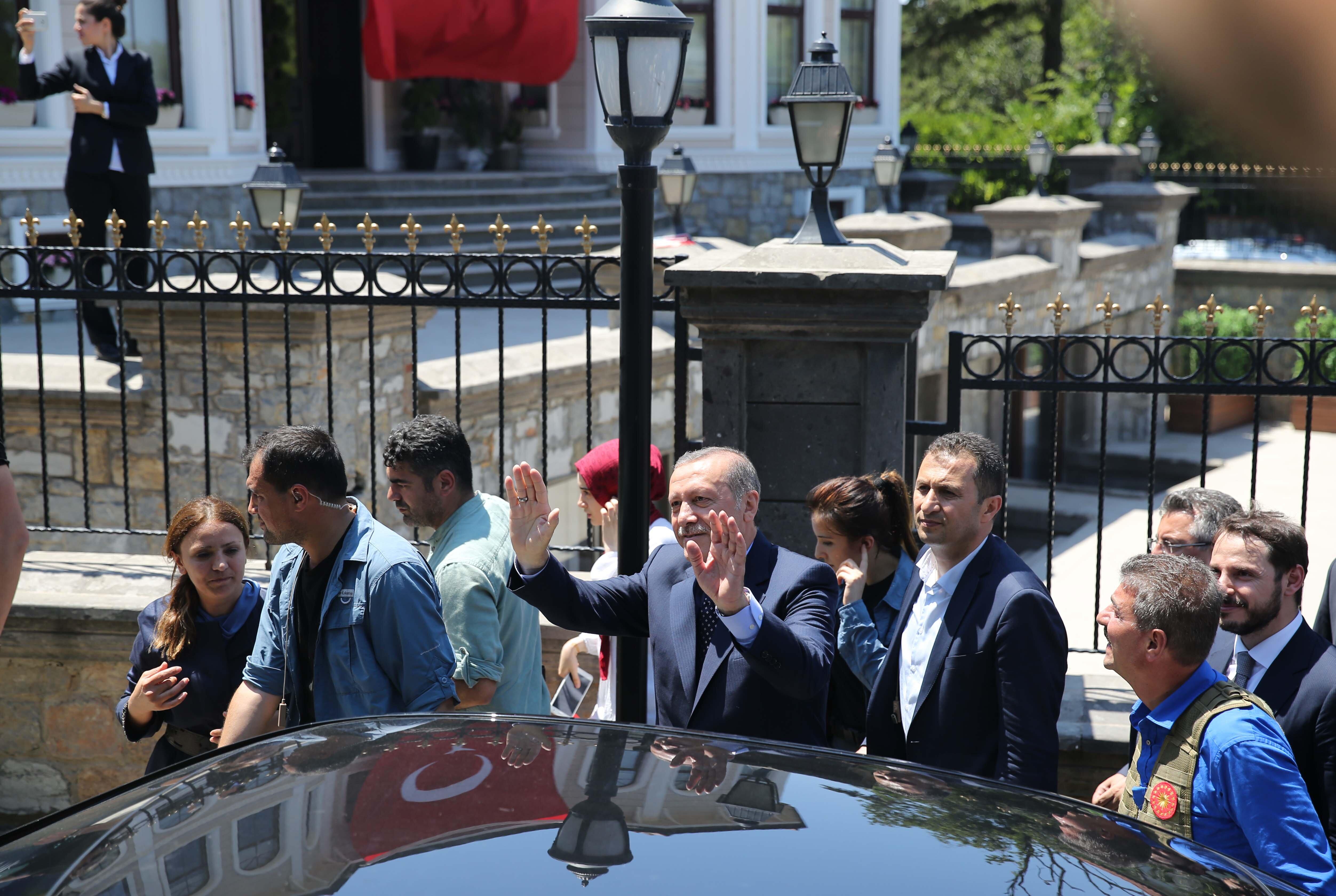 Darbe girişiminin ardından geceyi Atatürk Havalimanı Devlet Konukevi'nde geçiren Cumurbaşkanı Recep Tayyip Erdoğan, öğle saatlerinde buradan ayrılıp, Kısıklı'daki konutuna geçti.