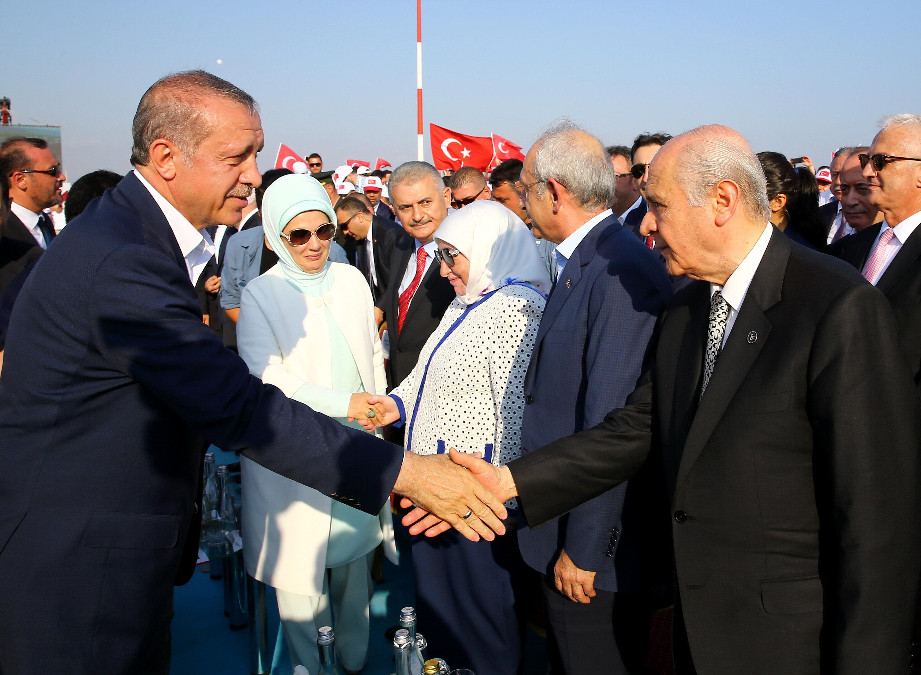 Mitinge, Cumhurbaşkanı Erdoğan, Başbakan Binali Yıldırım, CHP Genel Başkanı Kemal Kılıçdaroğlu, MHP Genel Başkanı Devlet Bahçeli, eski Cumhurbaşkanı Abdullah Gül ve Genelkurmay Başkanı Hulusi Akar da katıldı.