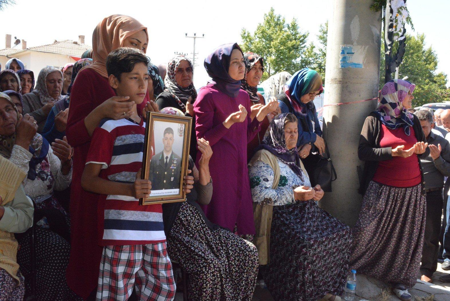 Hatice Halisdemir ile evli 2 çocuk babası şehit Ömer Halis Demir'in cenazesi, Bor İlçesi'ne bağlı Çukurkuyu Beldesi'ndeki meydana götürüldü.