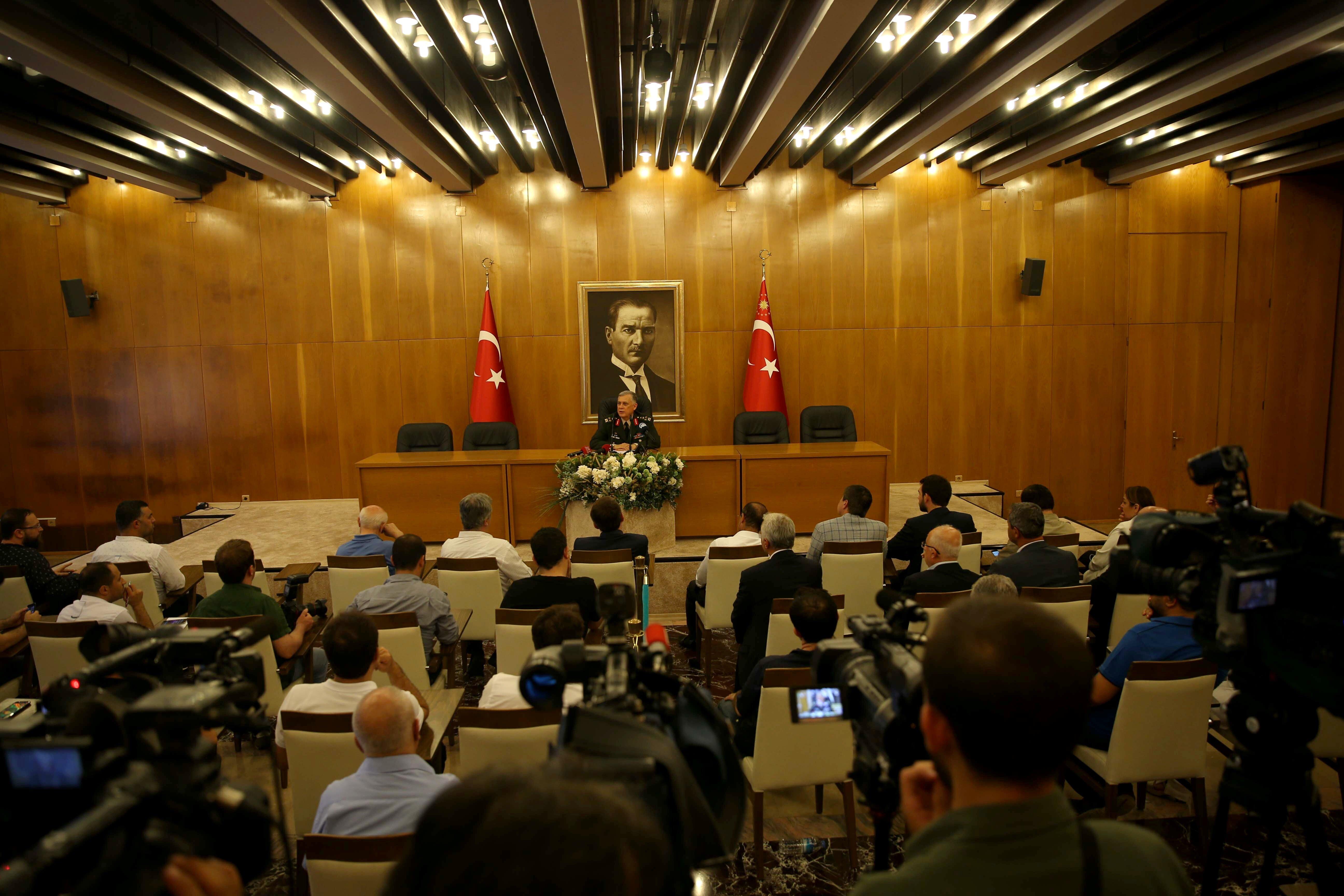 Genelkurmay Başkan Vekili Orgeneral Ümit Dündar, Atatürk Havalimanı Devlet Konuk Evi'nde basın toplantısı düzenledi. İstanbul ve Ankara başta olmak üzere Türkiye'nin muhtelif şehirlerinde emir komuta zinciri dışında askeri bir hareketlilik yaşandığını vurgulayan Dündar, Cumhurbaşkanı, Başbakan, Bakanlar, TSK ile tam bir dayanışma içinde demokrasi ve hukuk devleti yanında yer alarak darbe girişiminin önlendiğini belirtti.