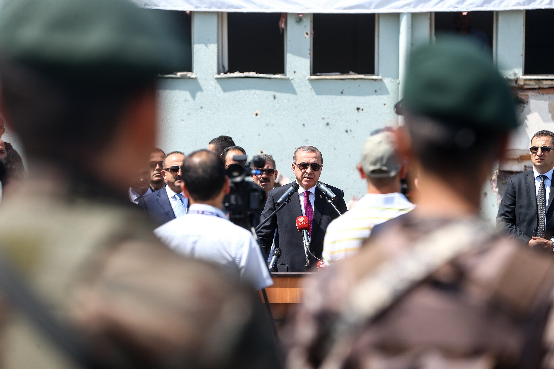 Cumhurbaşkanı Erdoğan, cuntacı pilotlar tarafından bombalanan Özel Harekat Daire Başkanlığı'nı ziyaret etti.