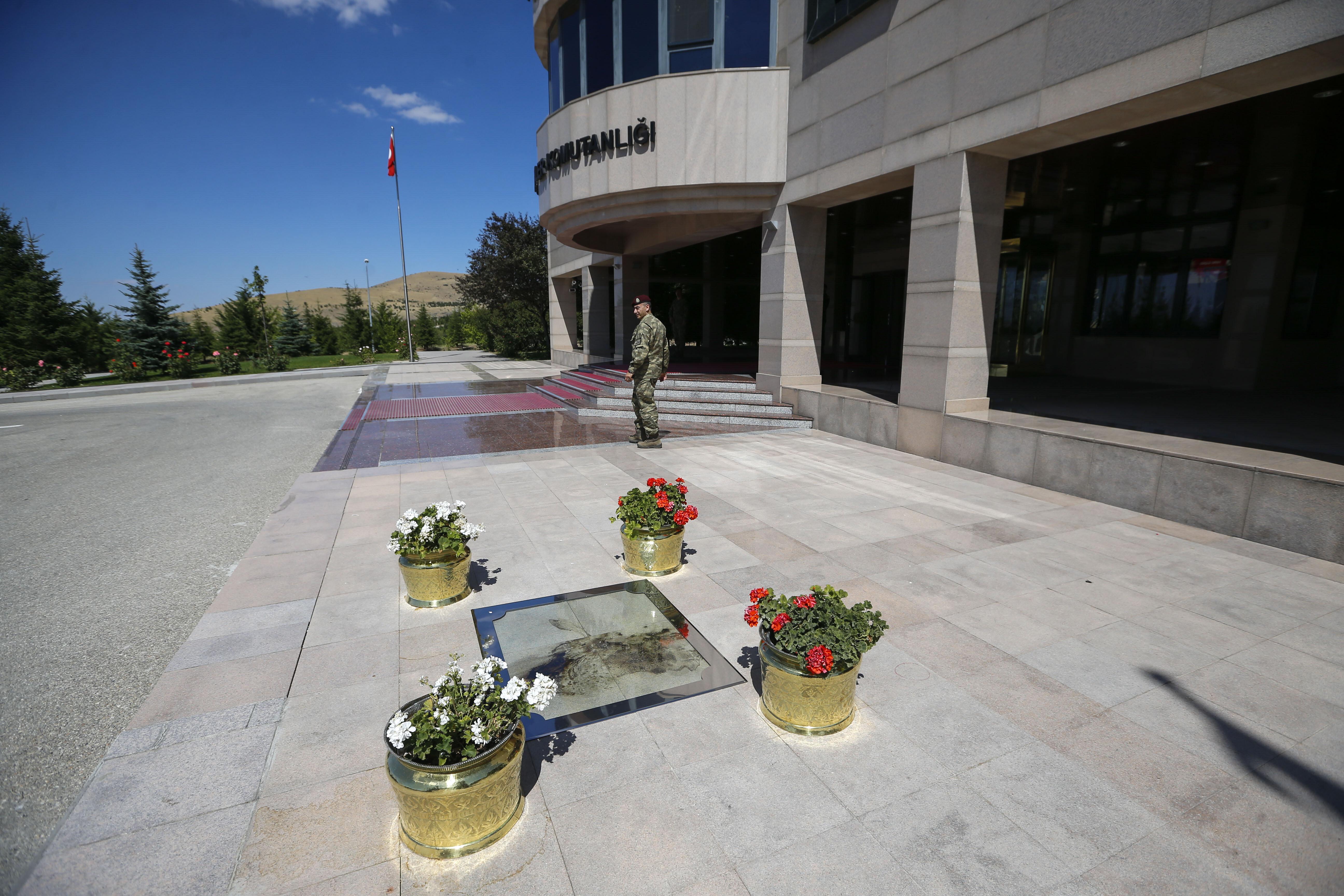 Şehidin, Özel Kuvvetler Komutanlığı giriş kapısı önünde yere düşen kutsal kanı özel bir kaplama ile koruma altına alınarak çiçeklerle süslendi.