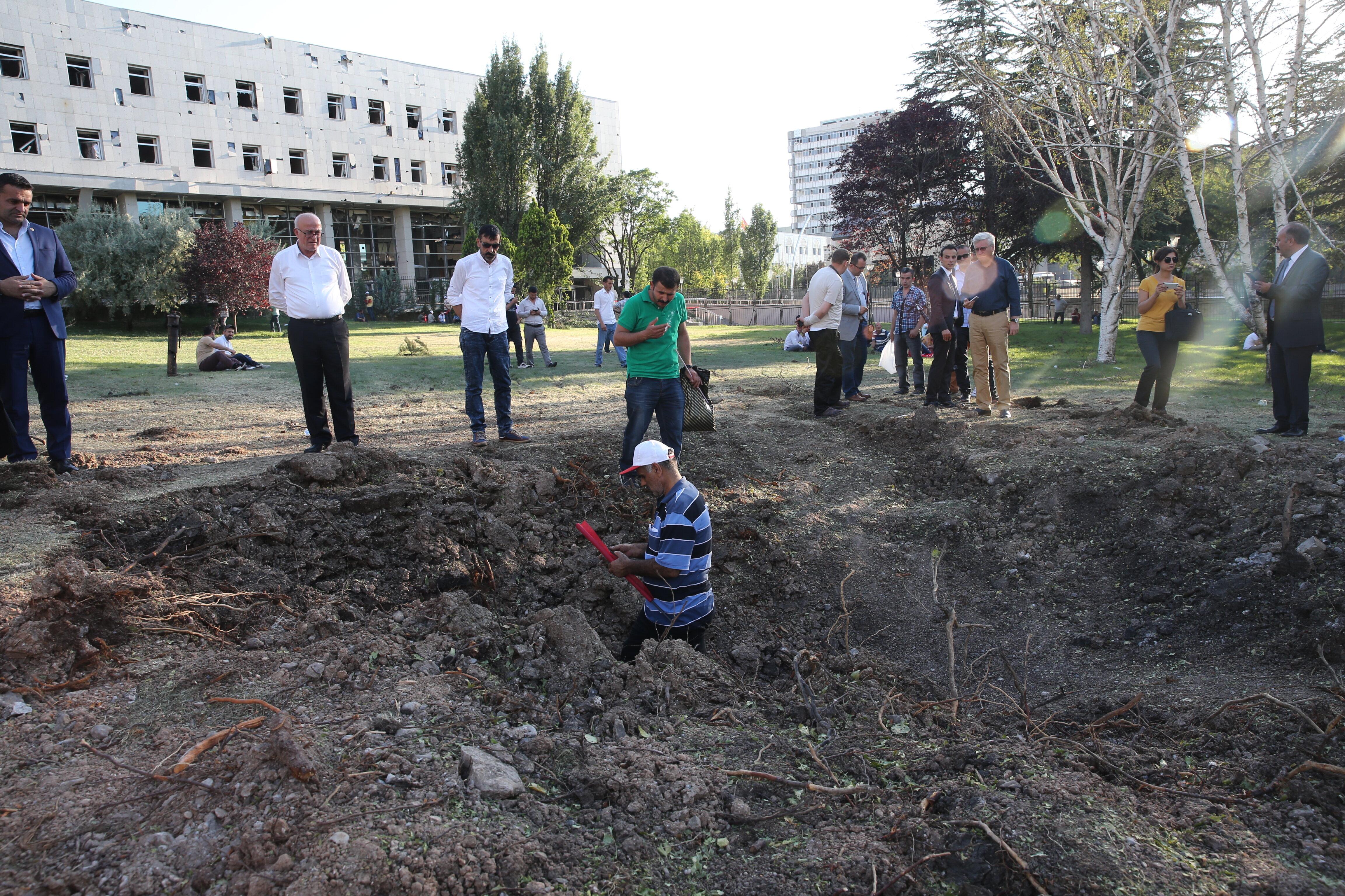 Meclis binasının bahçesine düşen bir bombanın oluşturduğu krater.