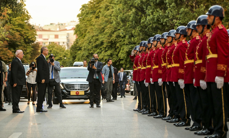Cumhurbaşkanı Recep Tayyip Erdoğan, 15 Temmuz darbe girişiminde, Meclis'in bombalanan bölümlerinde incelemelerde bulunmak üzere TBMM'ye geldi.