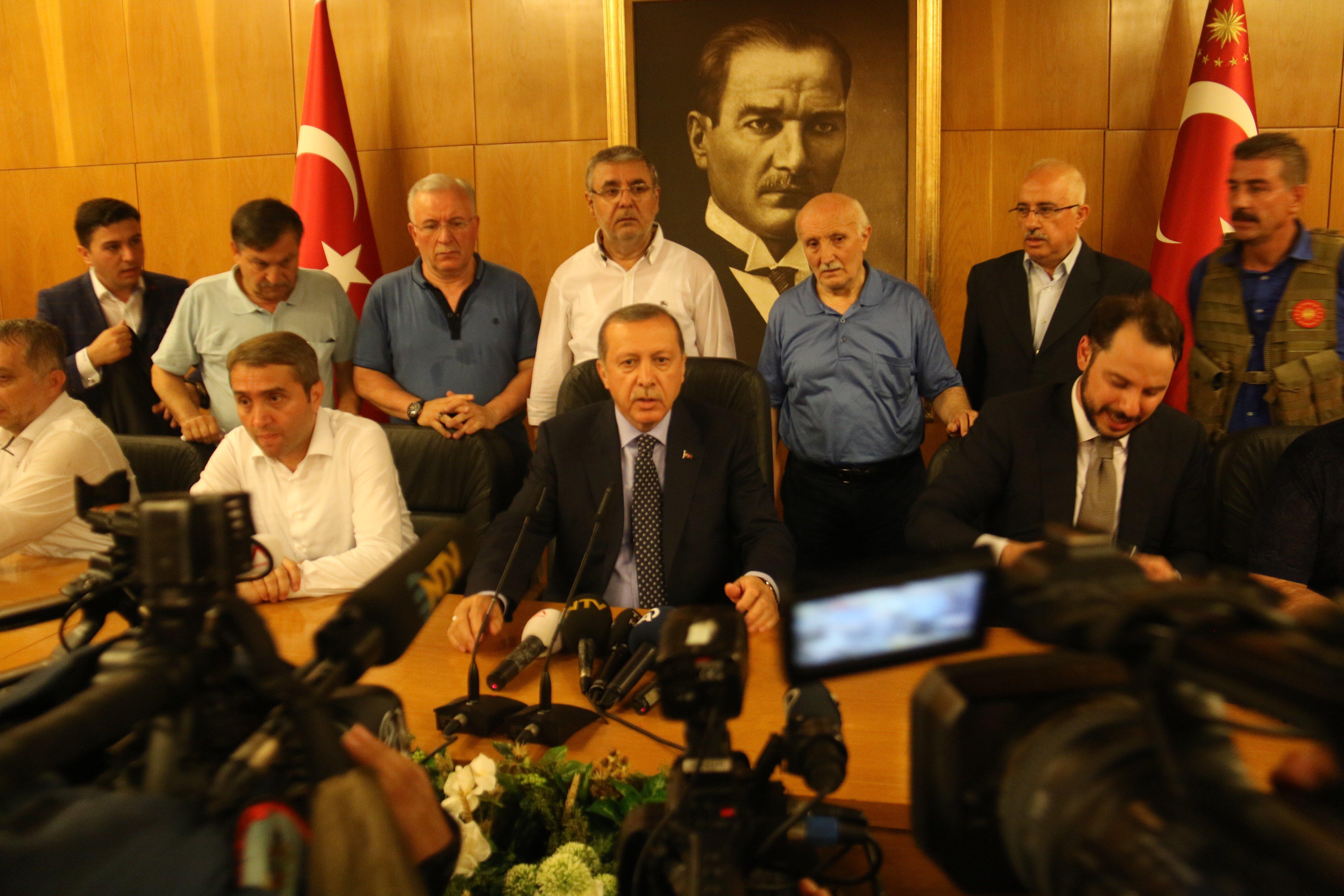 Cumhurbaşkanı Erdoğan,  Enerji ve Tabi Kaynaklar Bakanı Berat Albayrak ile beraberindekileri taşıyan TC-ATA uçağı havalimanında binlerce kişi tarafından karşılandı.